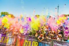 De jongeren die pret hebben bij de Kleur stelt 5km Marathon, Heldere mede in werking royalty-vrije stock afbeelding