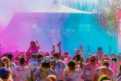 De jongeren die pret hebben bij de Kleur stelt 5km Marathon, Heldere mede in werking stock fotografie