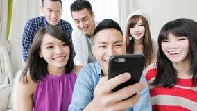 De jongeren gebruikt telefoon Royalty-vrije Stock Foto