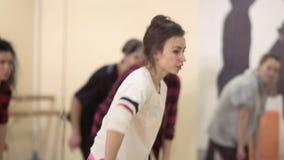 De jongeren hebt een dansrepetitie in lichte studio stock videobeelden