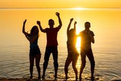 De jongeren, de kerels en de meisjes, studenten danst bij zonsondergangbac Royalty-vrije Stock Foto