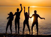 De jongeren, de kerels en de meisjes, studenten danst op het strand Stock Afbeeldingen