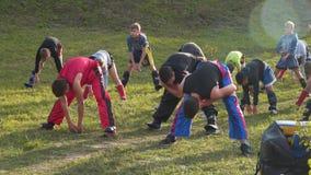 De jongeren leidt op openlucht op kickboxing stock videobeelden