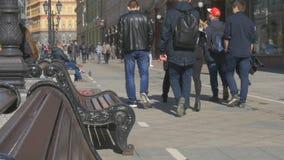 De jongeren loopt rond de stad op een mooie zonnige dag Zij winkelen en rusten stock video