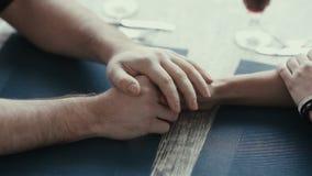 De jongeren nam romantische handen stock video