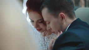 De jonggehuwden die convertibele auto zitten, bekijken elkaar, op elkaar inwerken, close-up, langzame motie stock videobeelden