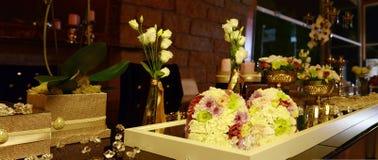 De jonggehuwden dienen Bloemen, Huwelijksdecoratie, Liefde in Stock Afbeelding