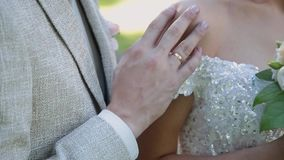 De jonggehuwden koesteren en genieten van elkaar op hun huwelijksdag stock footage
