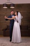 De jonggehuwden koppelen het dansen huwelijksdans Royalty-vrije Stock Afbeeldingen