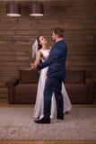 De jonggehuwden koppelen het dansen huwelijksdans royalty-vrije stock foto