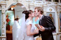 De jonggehuwden kussen. Royalty-vrije Stock Afbeeldingen