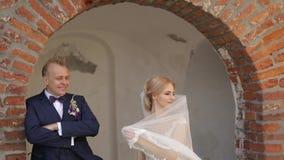De jonggehuwden lopen in het kasteel op hun huwelijksdag De bruid en de bruidegom Enjoying bij de huwelijksdag stock videobeelden