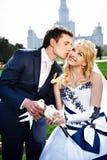 De jonggehuwden van de kus met duiven op het huwelijk lopen. Royalty-vrije Stock Afbeelding
