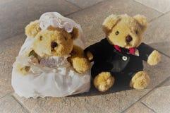 De jonggehuwdeteddyberen koppelen royalty-vrije stock foto