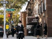 De Joodse hassidic mens kruist de straat Royalty-vrije Stock Foto