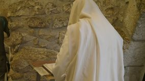 De Joodse mens in sjaal bidt bij de loeiende muur in Jeruzalem stock videobeelden