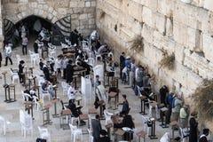 De Joodse mensen bidt tijdens de berouwvolle gebeden dichtbij de Loeiende muur in Jeruzalem royalty-vrije stock foto