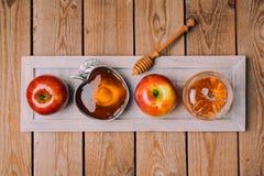 De Joodse viering van vakantierosh Hashana met houten raad, honing en appelen op lijst Mening van hierboven stock afbeeldingen