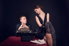De journalist van de Noirfilm en het meisje op het werk Stock Foto's