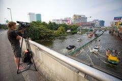 De journalist ziet vloedklappen Centraal van Thailand Royalty-vrije Stock Afbeeldingen