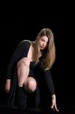 De jovem mulher do desgaste vestido e colar do preto por muito tempo foto de stock