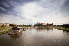 10 de juillet 2017 - Cracovie, la Pologne Bateau de touristes sur le fleuve Vistule avec photographie stock libre de droits