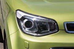 De juiste koplamp van een nieuwe olijfauto royalty-vrije stock afbeelding
