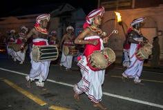 (De juiste) Thammattamspelers leiden een groep Davul-Spelers aangezien zij tijdens Esala Perahera in Kandy, Sri Lanka presteren royalty-vrije stock foto