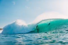 29 DE JULHO DE 2018 Bali, Indonésia Passeio do surfista na onda do tambor Surfar profissional no oceano em ondas grandes fotografia de stock