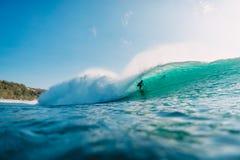 29 DE JULHO DE 2018 Bali, Indonésia Passeio do surfista na onda do tambor Surfar profissional no oceano em ondas grandes imagens de stock royalty free