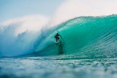 29 DE JULHO DE 2018 Bali, Indonésia Passeio do surfista na onda do tambor Surfar profissional no oceano em ondas grandes fotografia de stock royalty free