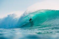 29 DE JULHO DE 2018 Bali, Indonésia Passeio do surfista na onda do tambor Surfar profissional no oceano em ondas grandes foto de stock royalty free