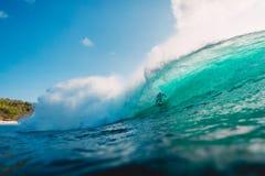 29 DE JULHO DE 2018 Bali, Indonésia Passeio do surfista na onda do tambor Surfar profissional no oceano em ondas grandes fotos de stock