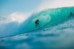 29 DE JULHO DE 2018 Bali, Indonésia Passeio do surfista na onda do tambor Surfar profissional no oceano em ondas grandes imagens de stock