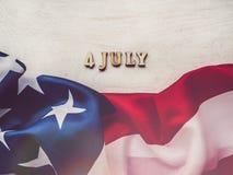 4 de julho Bandeira americana e letras de madeira foto de stock royalty free
