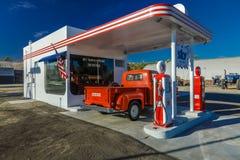 22 de julho de 2016 - camionete vermelho de Dodge estacionado na frente do posto de gasolina do vintage em Santa Paula, Califórni fotos de stock royalty free