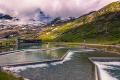 25 de julho de 2015: Centro da estrada de Trollstigen, Noruega dos visitantes Imagens de Stock Royalty Free