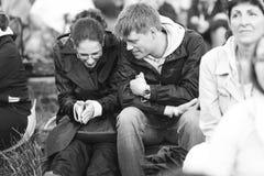 11 DE JULHO DE 2013 - GARANA, ROMÊNIA Cenas e povos que sentam-se ou que andam na rua Imagem de Stock