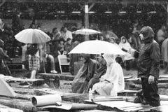 11 DE JULHO DE 2013 - GARANA, ROMÊNIA Cenas e povos que sentam-se ou que andam na rua em um dia chuvoso Imagens de Stock