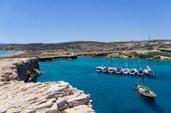 22 de julho de 2014 - iate da navigação ancorados em um golfo na ilha de Ano Koufonisi, Cyclades, Grécia Fotografia de Stock