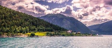 23 de julho de 2015: Panorama do fiorde do fjordane de Sogn OM, Noruega Imagem de Stock Royalty Free