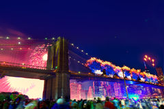 4 de julho de 2014 ponte de Brooklyn Manhattan dos fogos-de-artifício Fotos de Stock Royalty Free