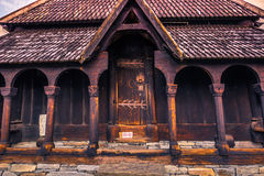 23 de julho de 2015: Porta para inscrever Urnes Stave Church, local do UNESCO, dentro Foto de Stock Royalty Free