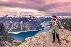 22 de julho de 2015: Viajante na borda de Trolltunga, Noruega Imagem de Stock
