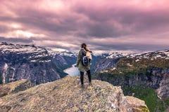 22 de julho de 2015: Viajante na borda de Trolltunga, Noruega Fotografia de Stock