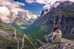 25 de julho de 2015: Viajante na estrada de Trollstigen, Noruega Imagens de Stock