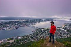 31 de julho de 2015: Viajante na parte superior da montagem Storsteinen em Trom Imagens de Stock Royalty Free