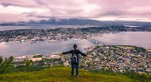31 de julho de 2015: Viajante na parte superior da montagem Storsteinen em Tromso Foto de Stock Royalty Free