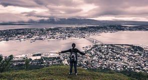 31 de julho de 2015: Viajante na parte superior da montagem Storsteinen em Tromso Foto de Stock
