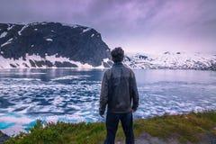 24 de julho de 2015: Viajante na região selvagem norueguesa fria, Noruega Foto de Stock